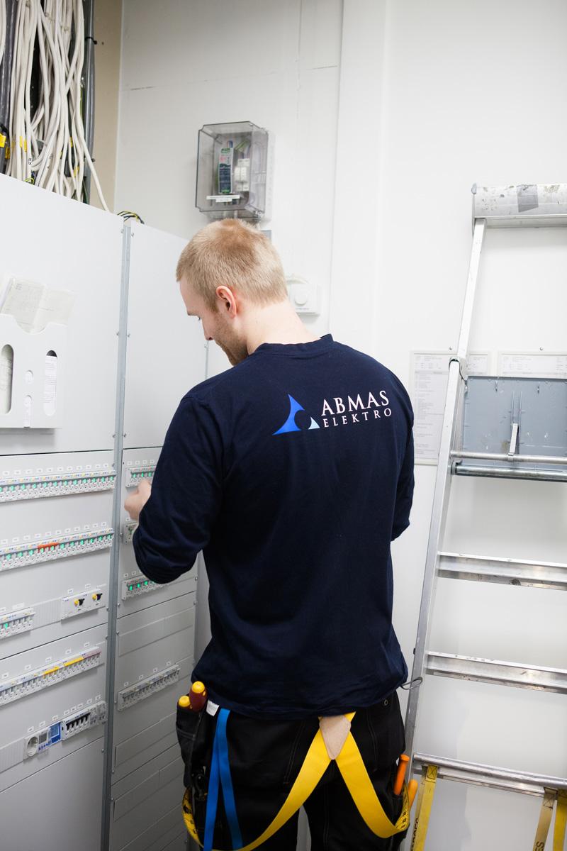 Gratis bilder av elektriker i arbeid | Abmas Elektro
